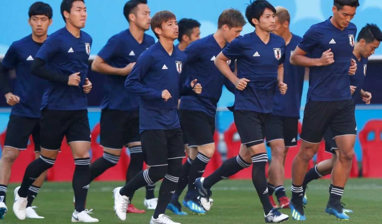 Jugadores de la Selección de Japón calentando