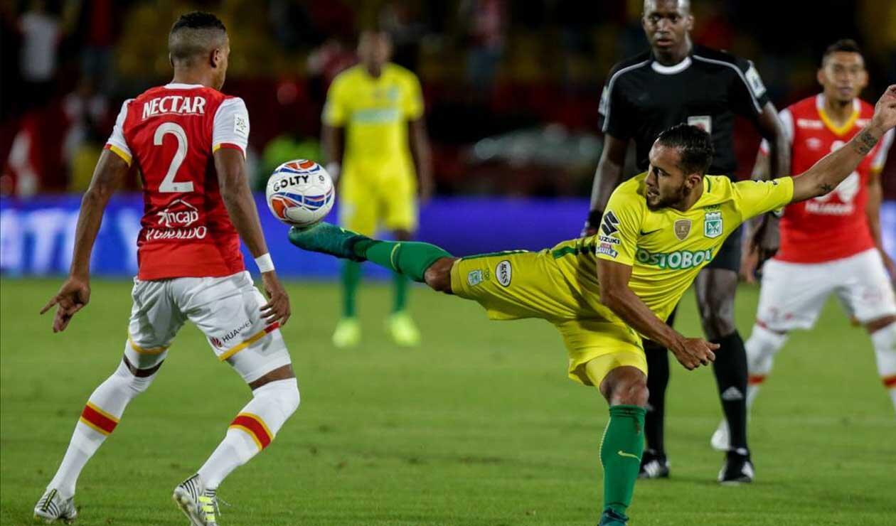 Juan Pablo Nieto, jugador de Atlético Nacional, disputando el balón en un partido ante Santa Fe