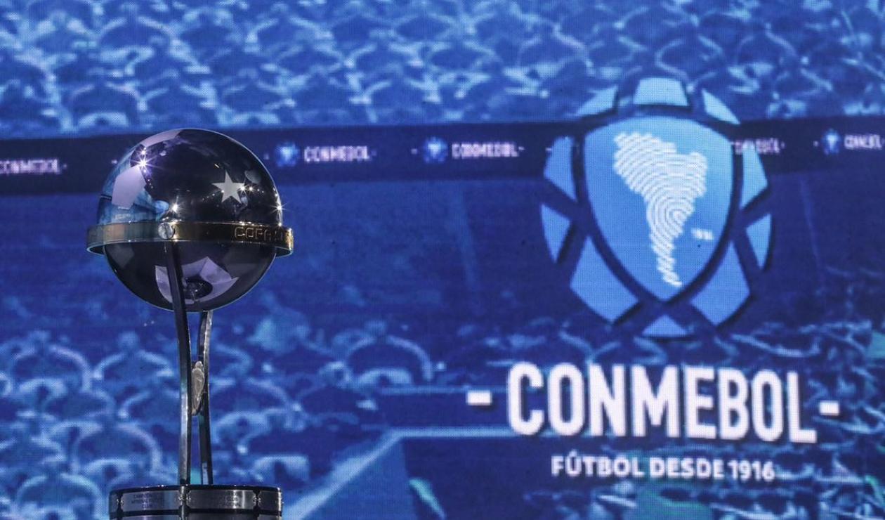 El trofeo de la Copa Sudamericana