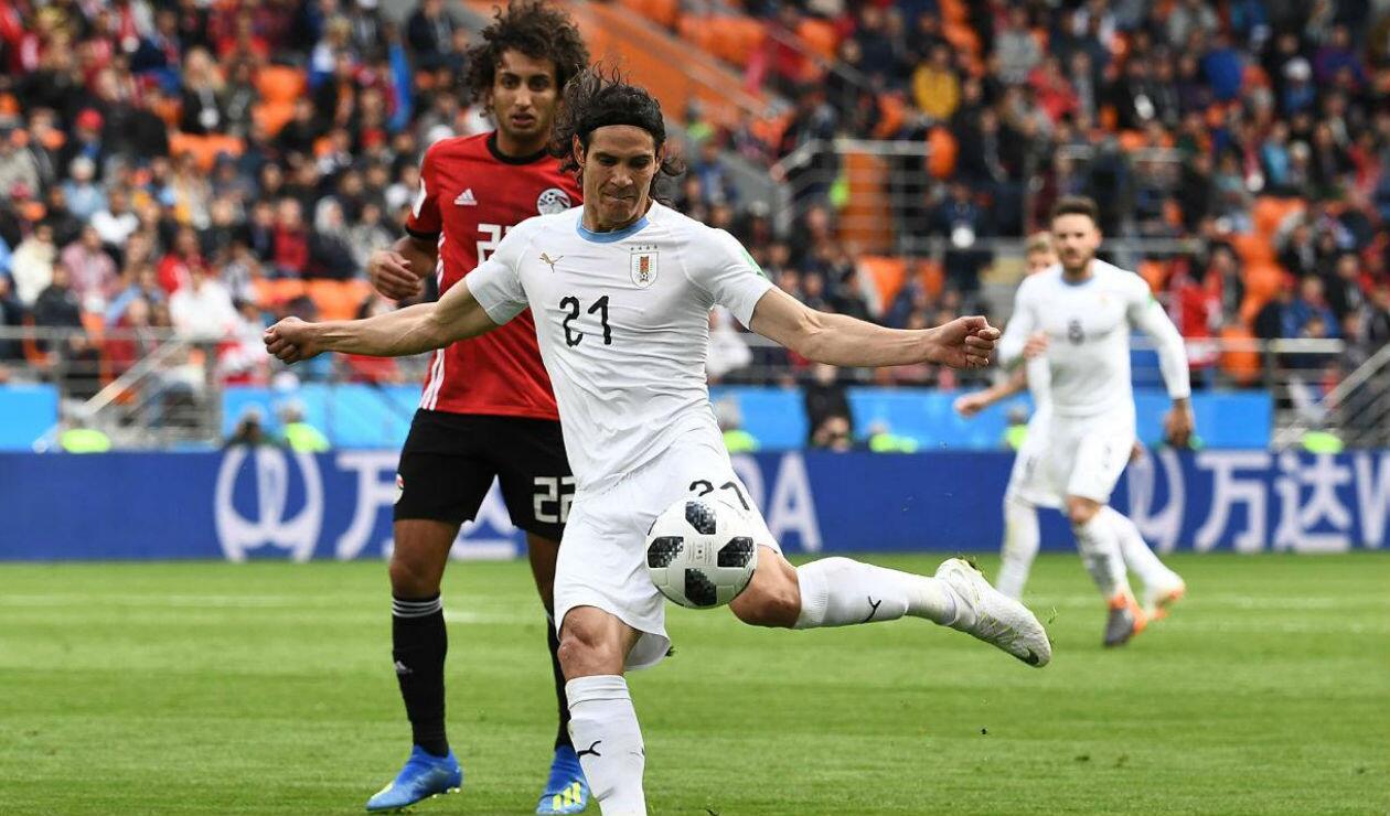 Edison Cavani, jugador de Uruguay, a punto de rematar al arco