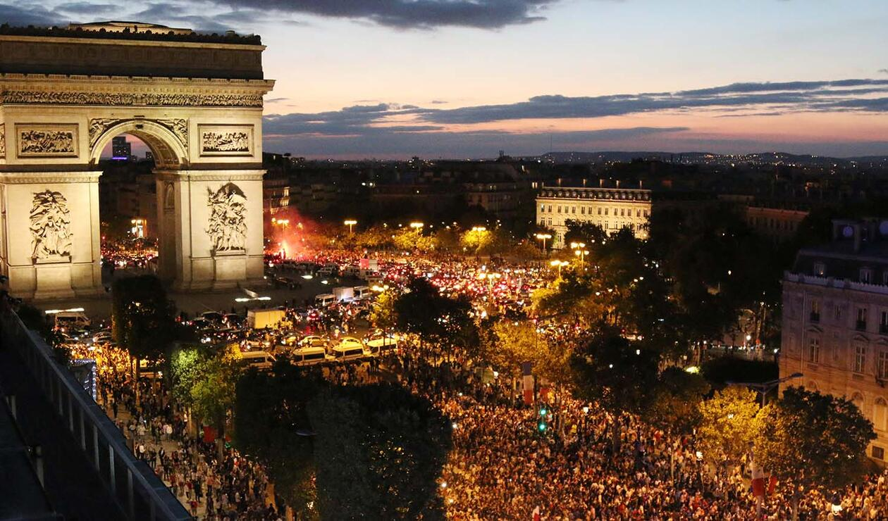 Hinchas hacen fiesta en París por paso de Francia a la final del mundial de Rusia
