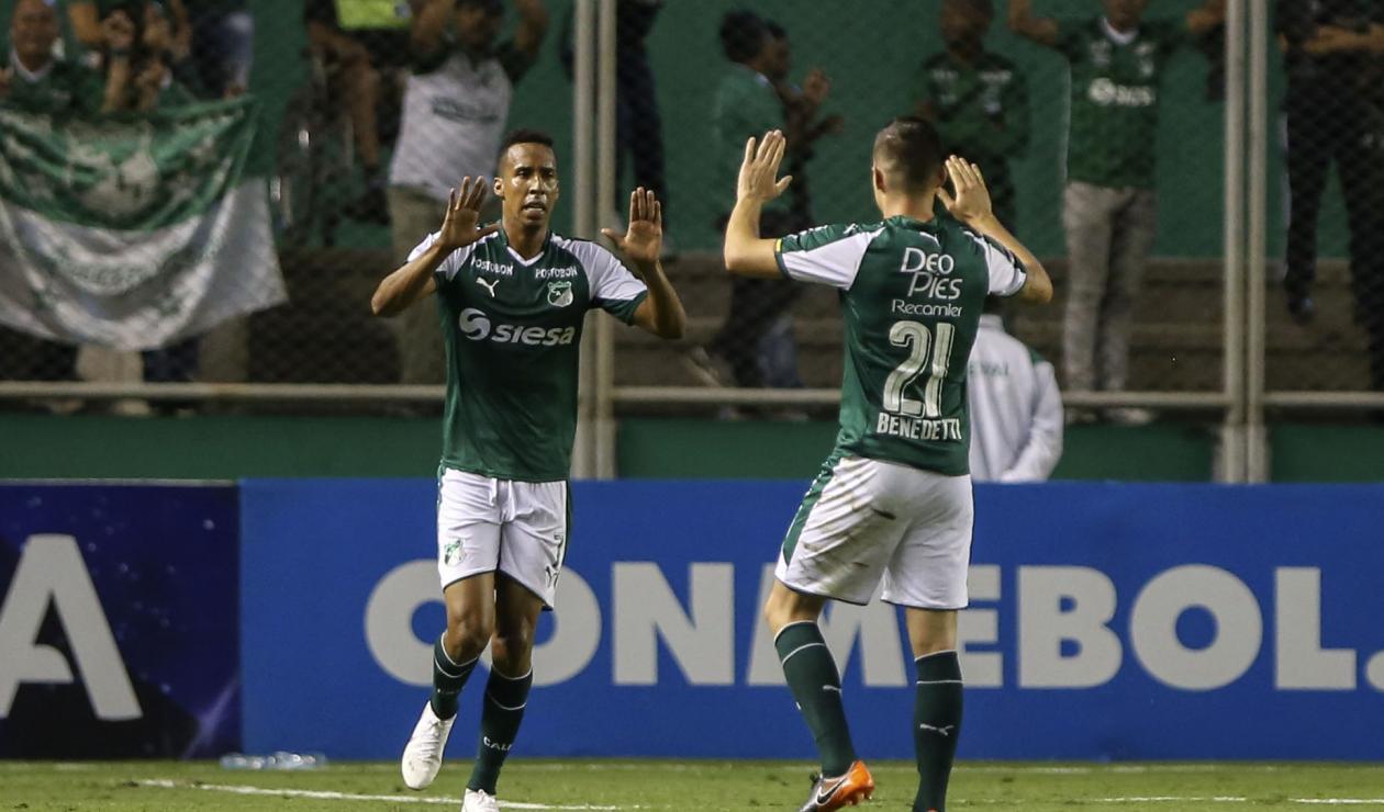 Mosquera y Benedetti celebran la segunda anotación ante los bolivianos en la goleada 3-0.