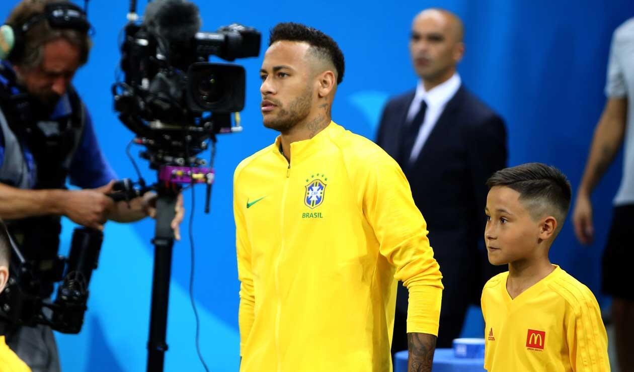Neymar saliendo al campo de juego para el partido Brasil Vs Bélgica