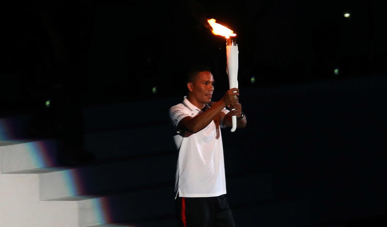 Carlos Bacca portando la llama olímpica de los Juegos Centroamericanos y del Caribe Barranquilla 2018