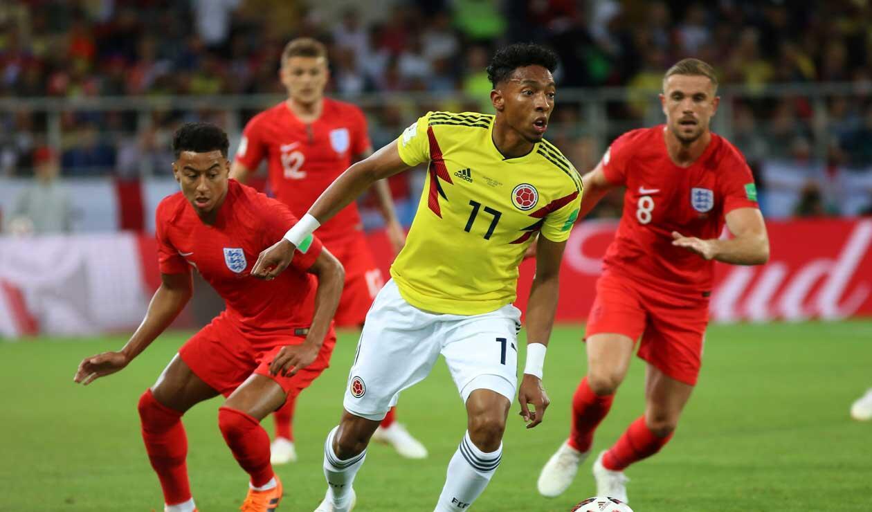 Johan Mojica  acediado por dos jugadores de la selección inglesa