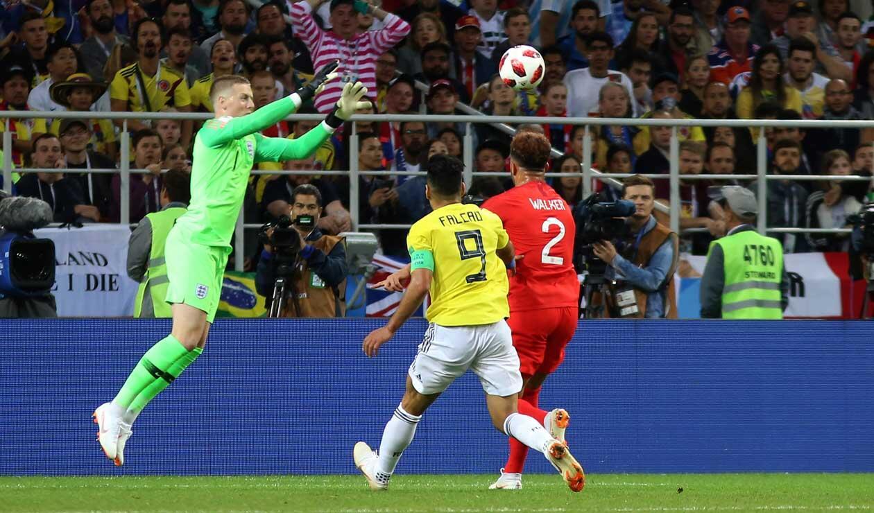 Jordan Pickford recoge el balón con la marca de Falcao García
