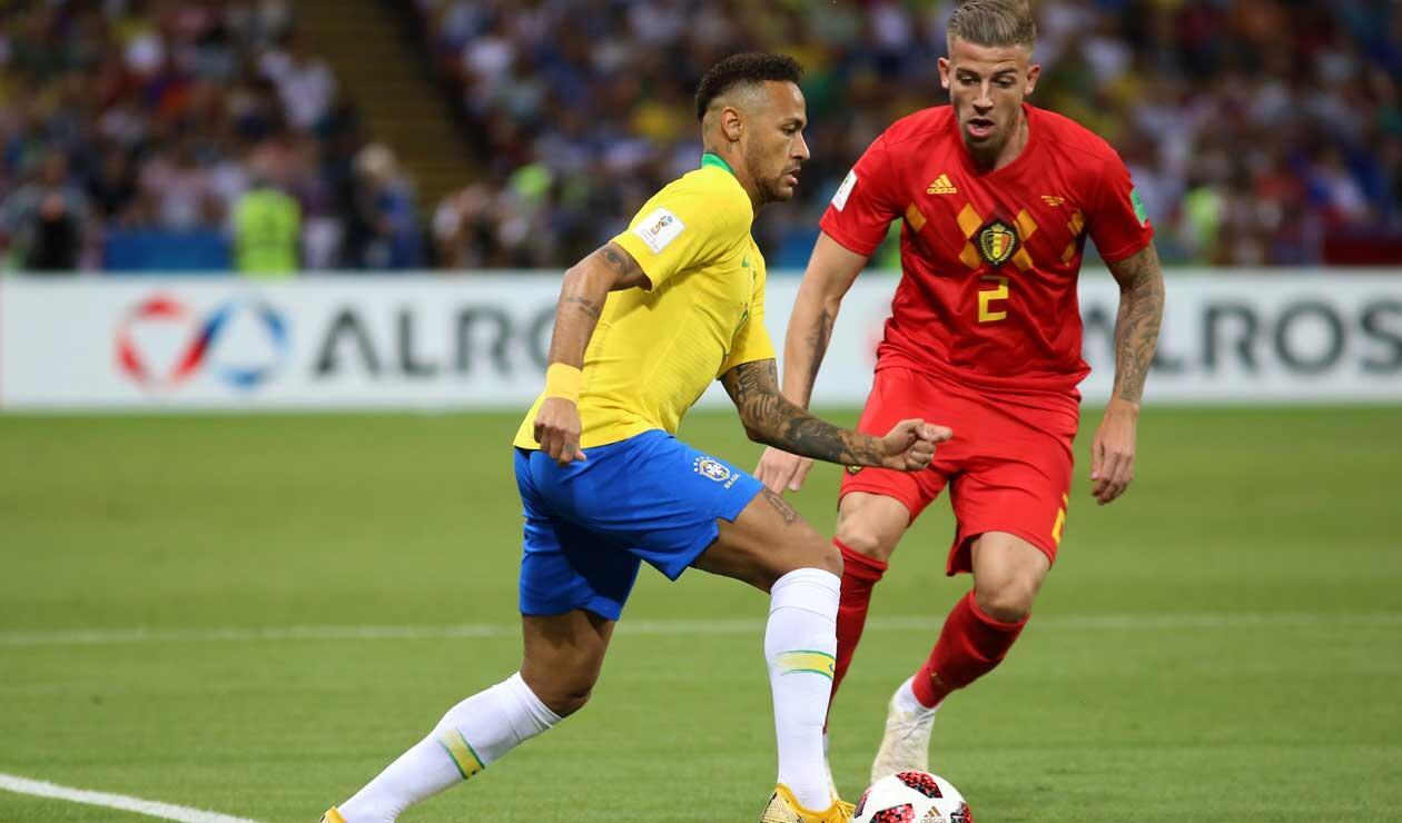 Neymar ante la marca de Jan Vertonghen durante el partido Brasil Vs Bélgica