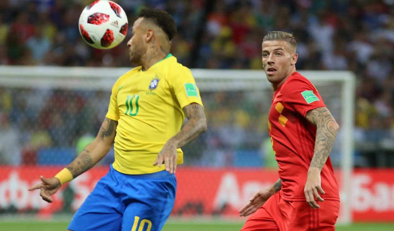 Jan Vertonghen presiona a Neymar durante el partido Brasil-Bélgica