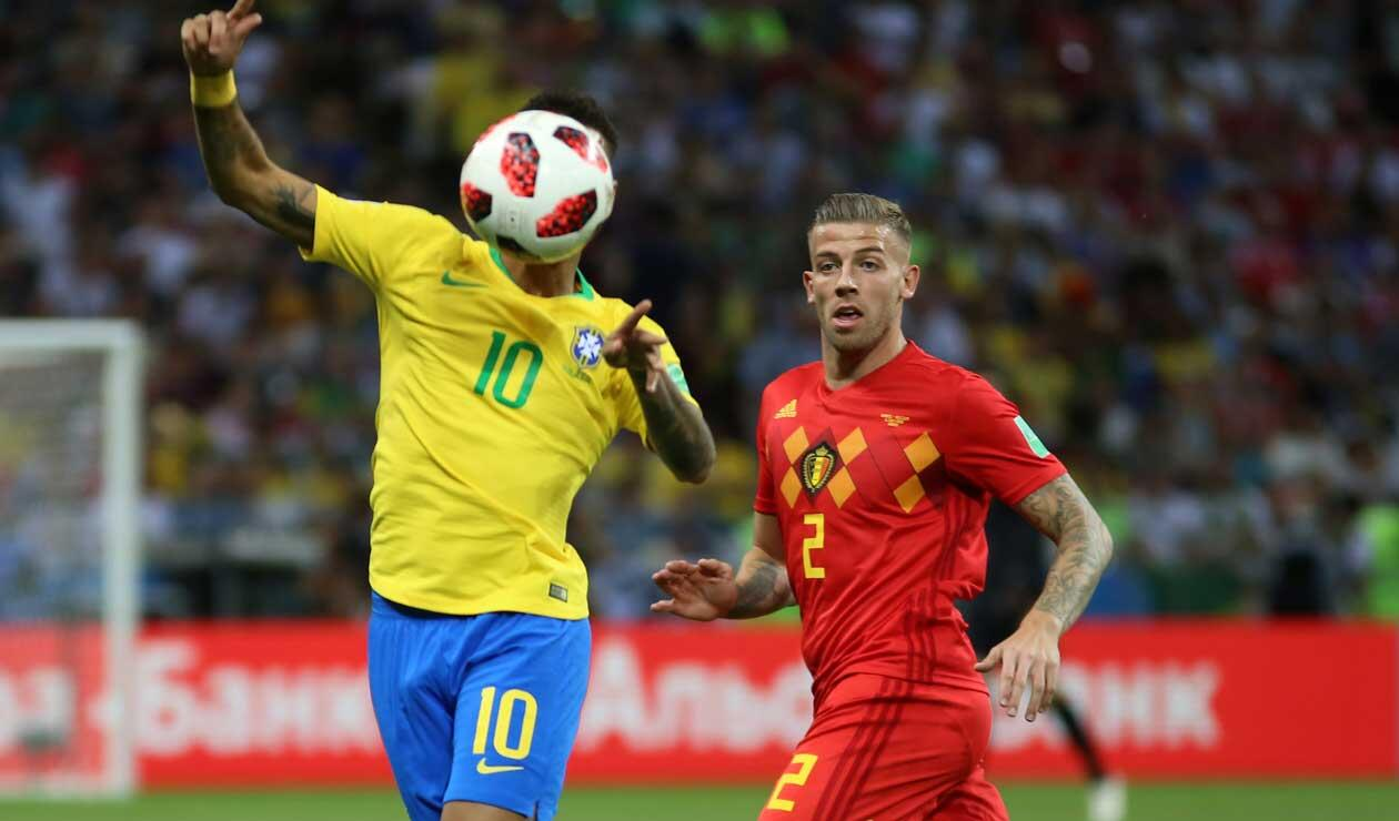 Neymar defiende el balón ante el defensa belga Jan Vertonghen