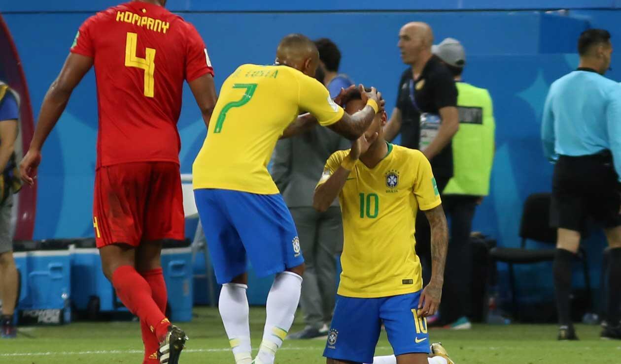 Neymar es consolado por un compañero tras la eliminación de Brasil a manos de Bélgica