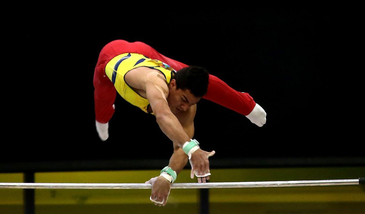 Un deportista colombiano en la prueba de gimnasia artística masculina de los Juegos Centroamericanos y del Caribe Barranquilla 2018