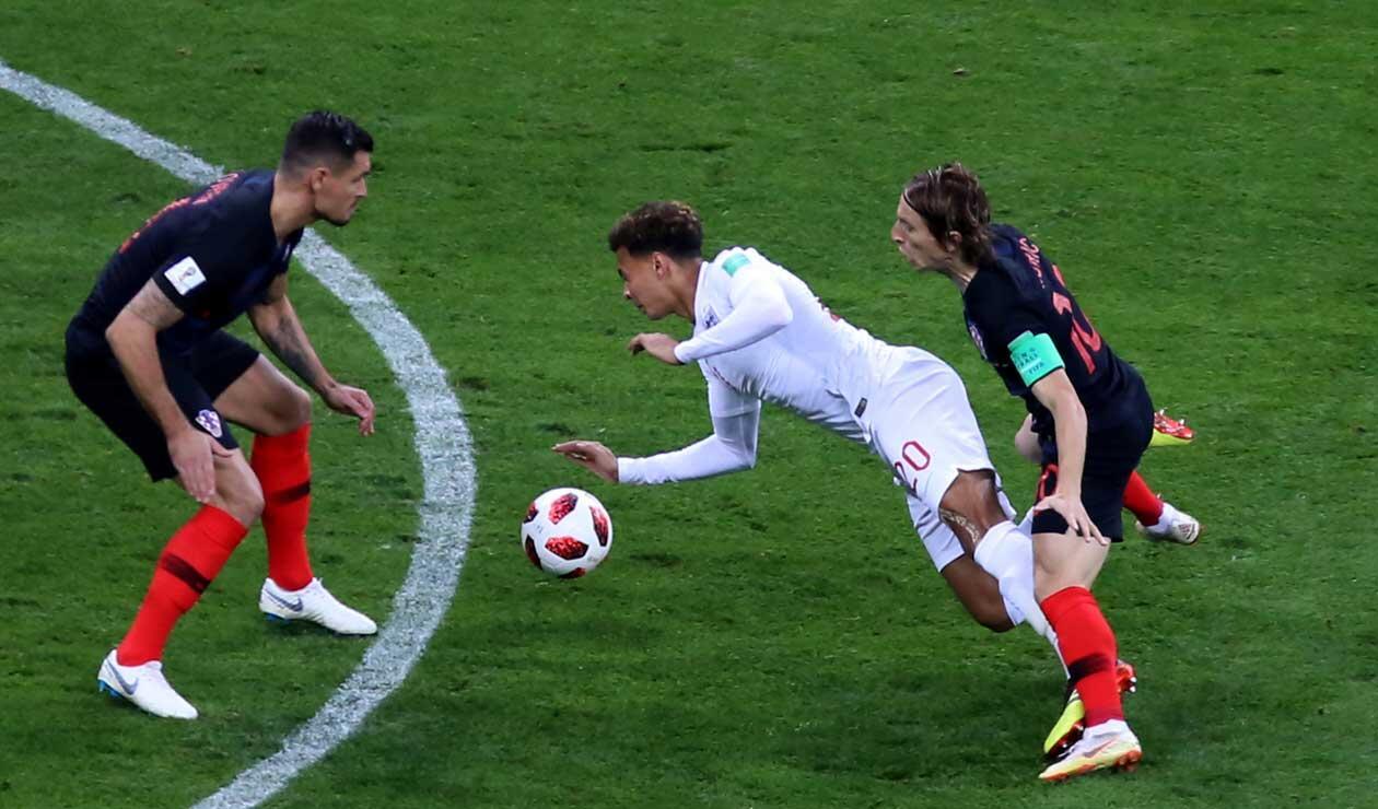 Dele Ali es derribado por Luca Modric en el partido Inglaterra-Croacia