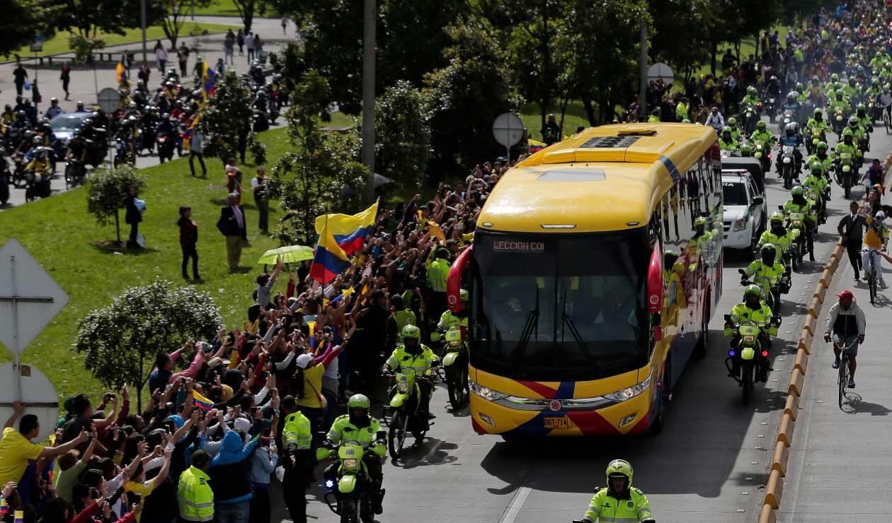 El bus de la Selección Colombia por las calles de Bogotá
