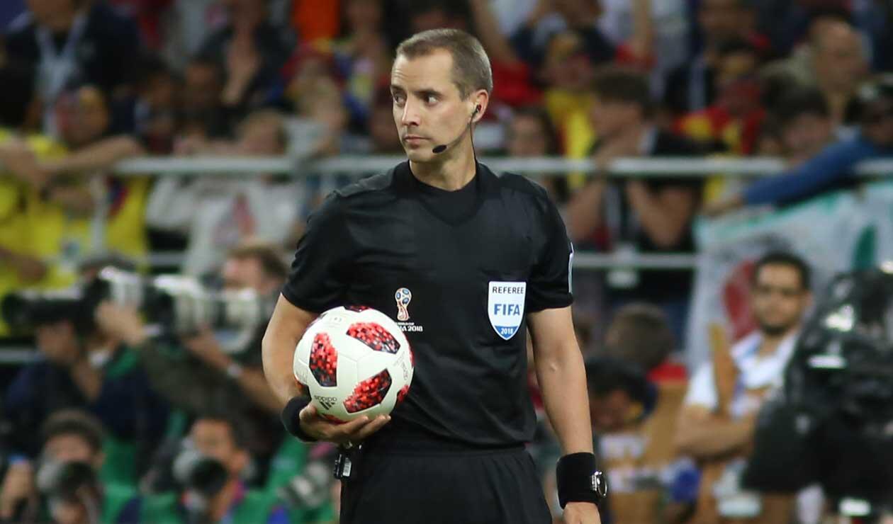 El árbitro Mark Geiger durante el partido Colombia-Inglaterra
