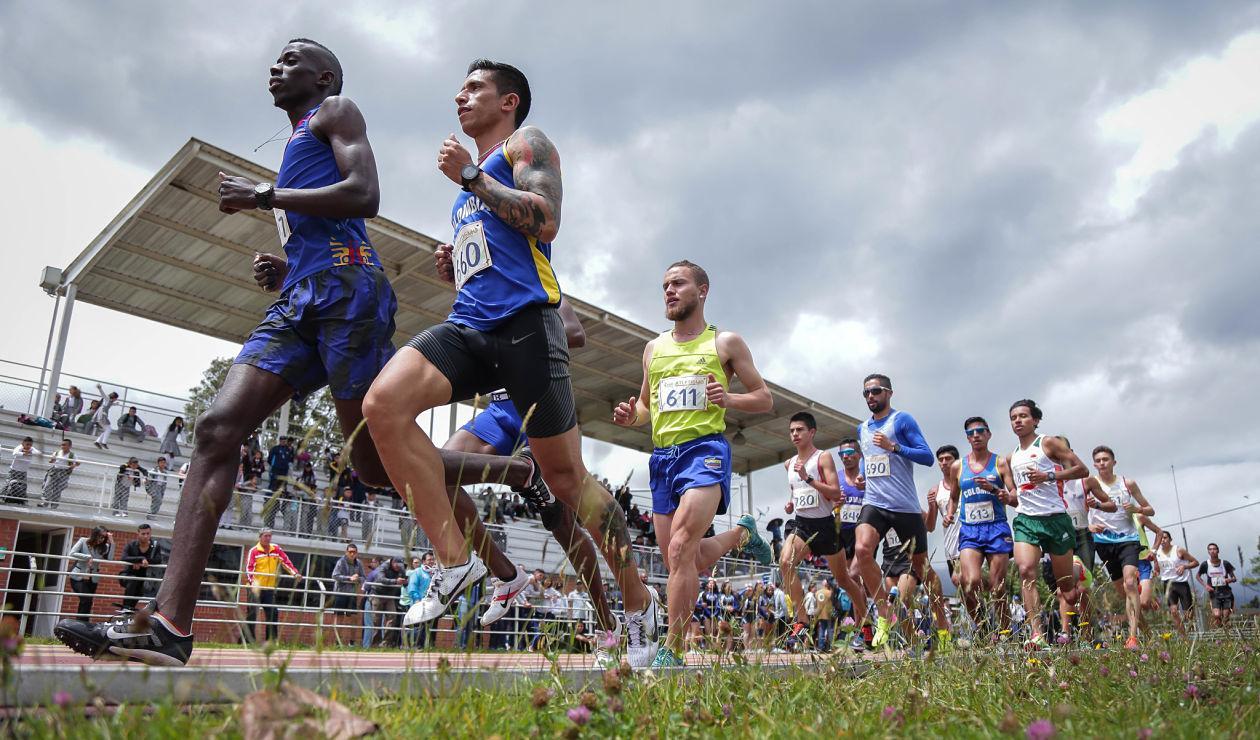 Atletas en pista en el recibimiento del fuego de los Juegos Centroamericanos