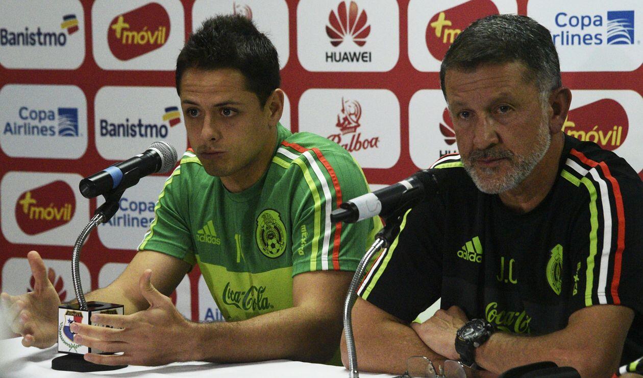 Javier 'Chicharito' Hernández y Juan Carlos Osorio en rueda de prensa en noviembre de 2016