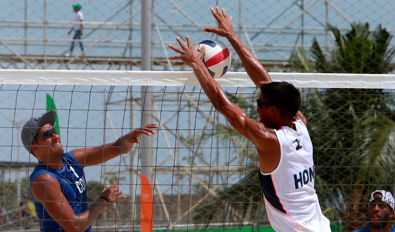 Colombia y Honduras durante un partido del Voleibol playa Juegos de los Centroamericanos y del Caribe Barranquilla 2018