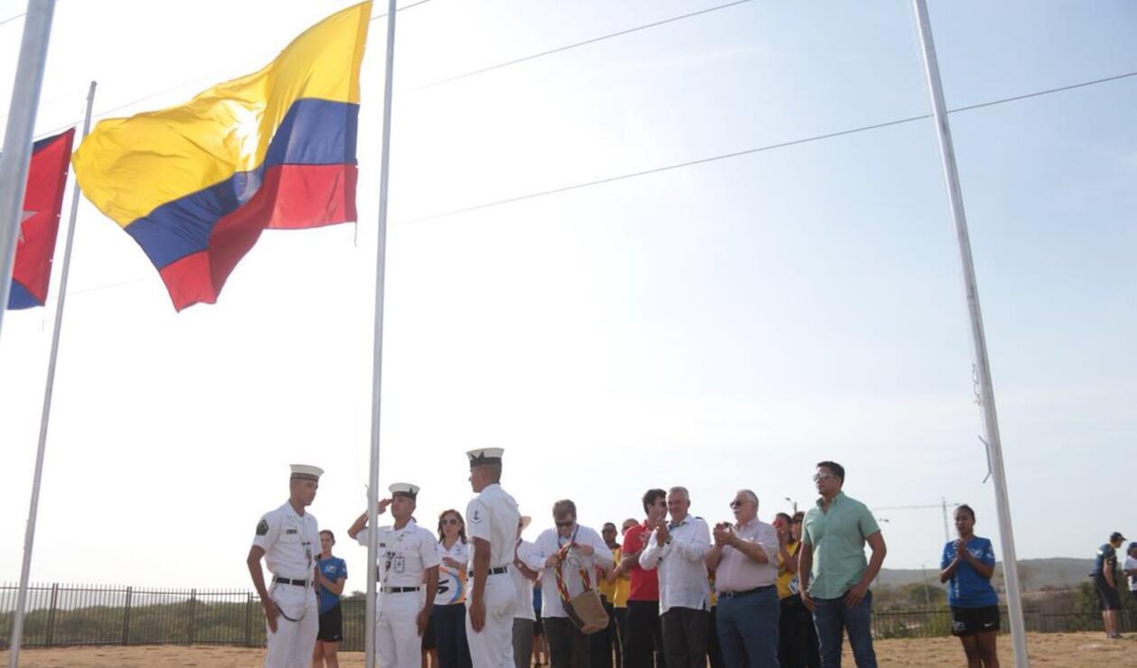 Delegación colombiana izando bandera