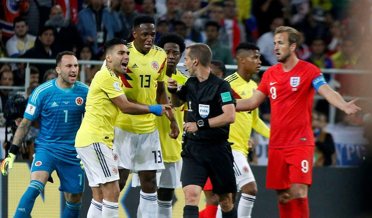 Futbolistas colombianos protestando una decisión del juez central Mark Geigel