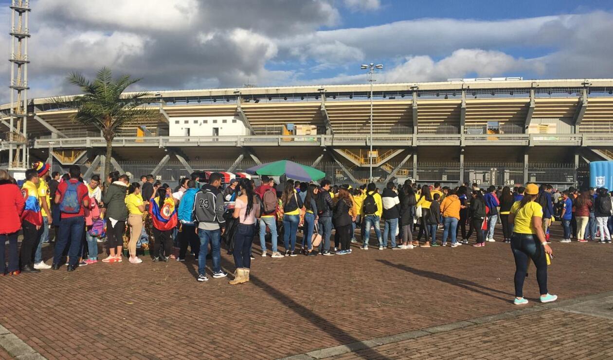 Colombianos haciendo fila en El Campín