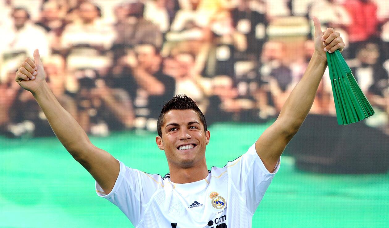 Cristiano Ronaldo el 6 de julio de 2009, cuando fue presentado en el Estadio Santiago Bernabéu como nuevo jugador del Real Madrid