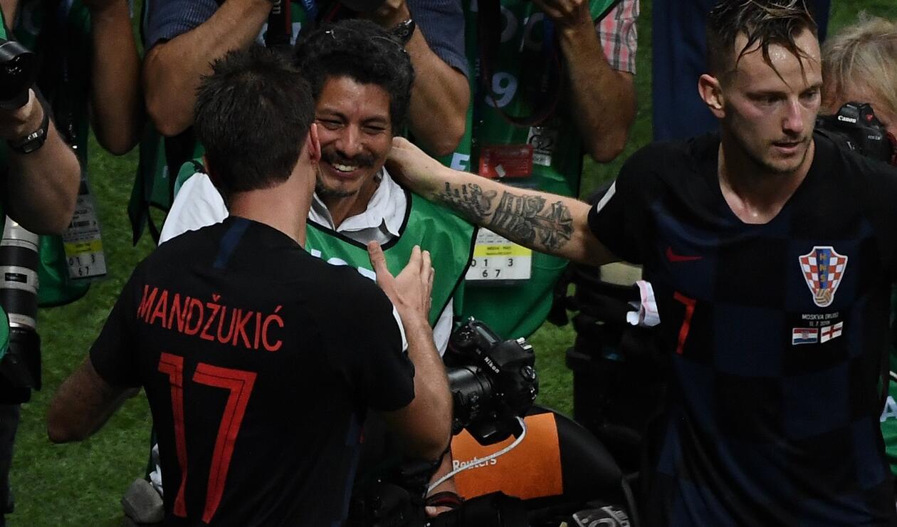 Mario Mandžuki saluda al fotografo que cayó al piso.