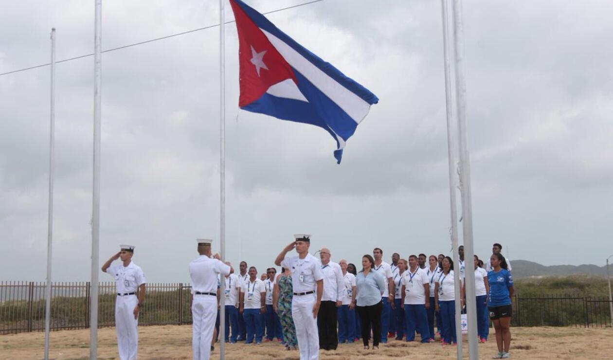 Deportistas de Cuba izando bandera