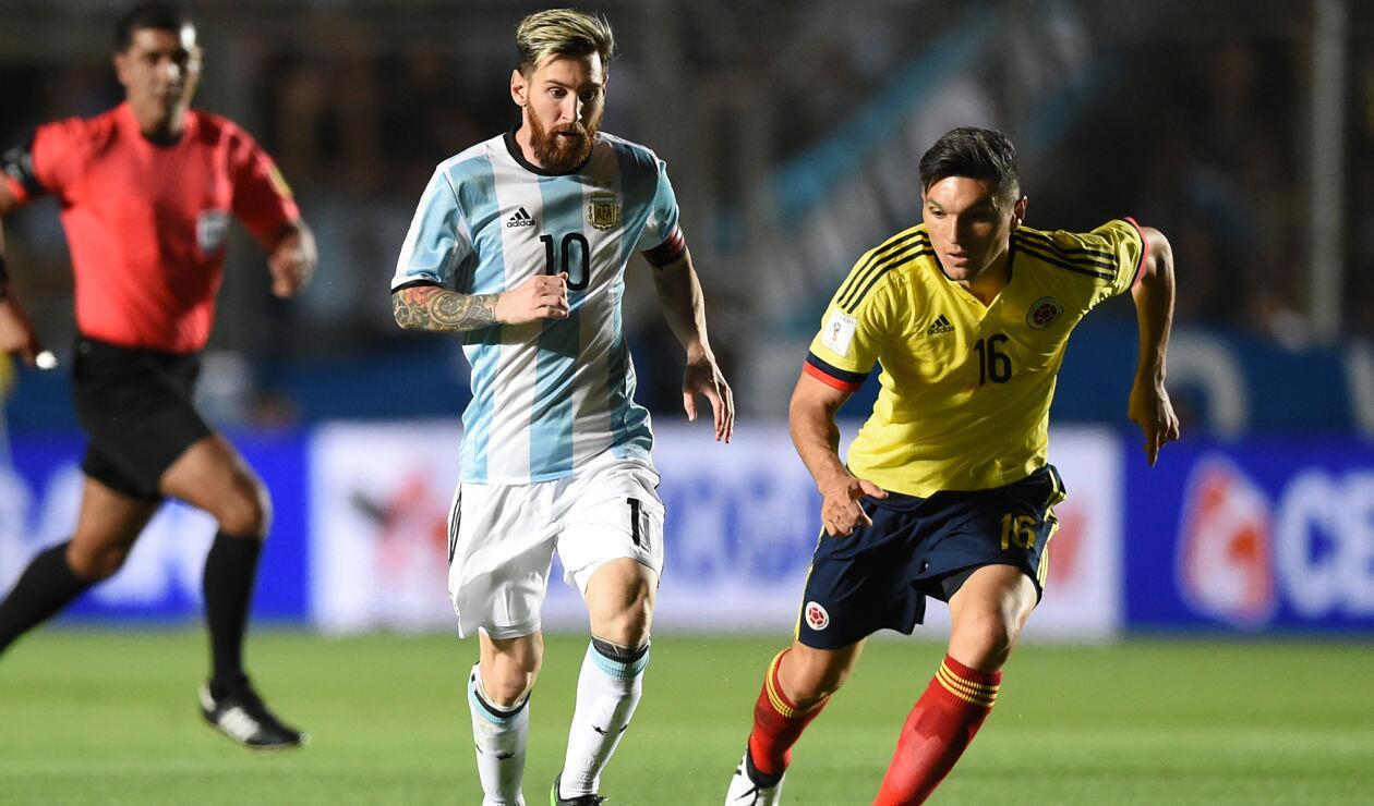Daniel Torres va a la disputa por una pelota con Messi en juego eliminatorio de Rusia 2018 en noviembre de 2016
