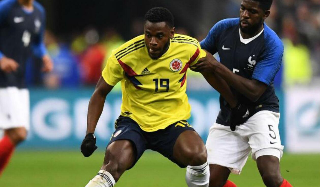 Duván Zapata jugando con la Selección Colombia