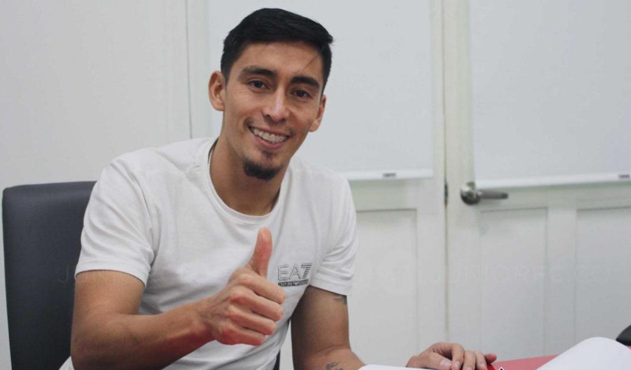 Fabian Sambueza firmando con  el Junior de Barranquilla
