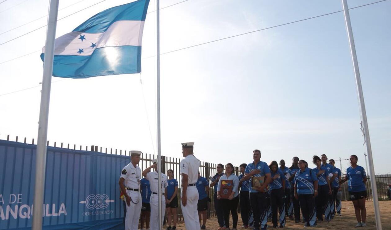 Delegación de Honduras izando bandera