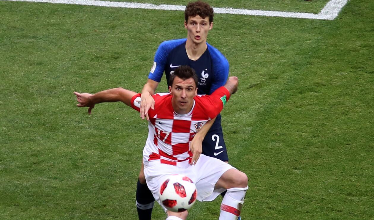Mario Mandžukić aguantando la pelota en la final