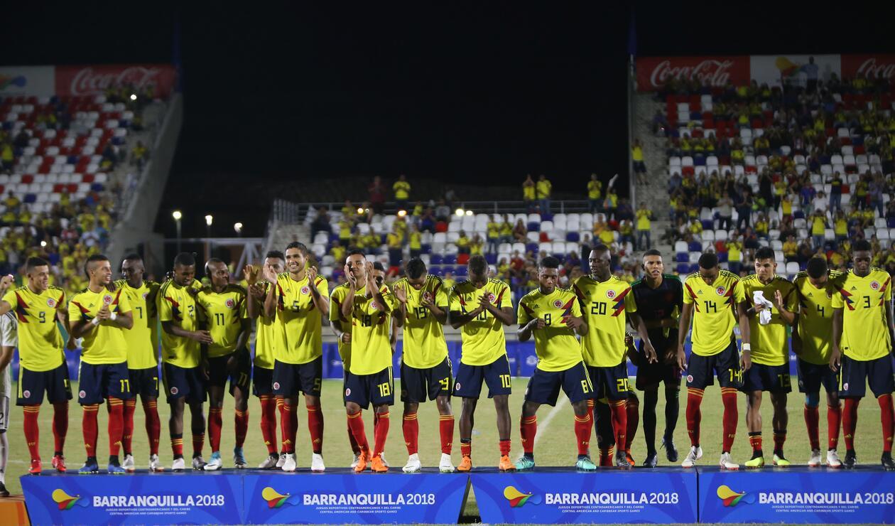 Selección Colombia de fútbol recibiendo la medalla de oro