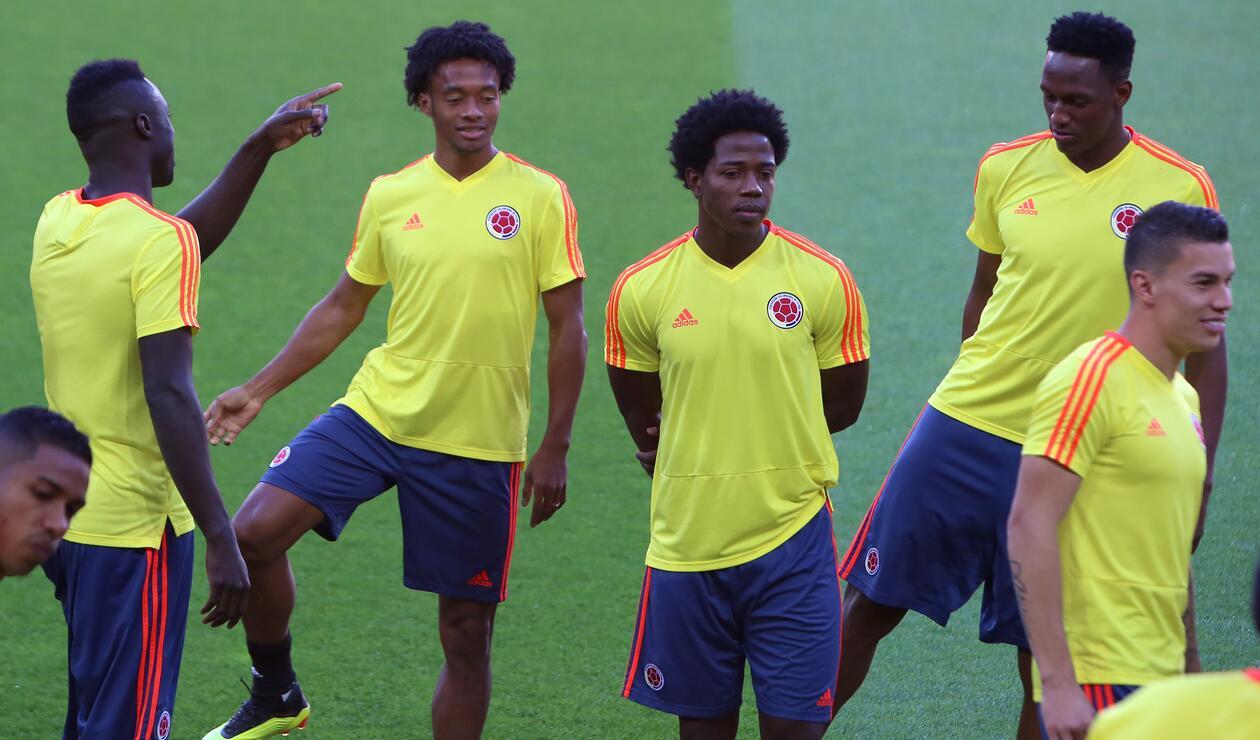 Jugadores de la Selección Colombia realizando estiramientos