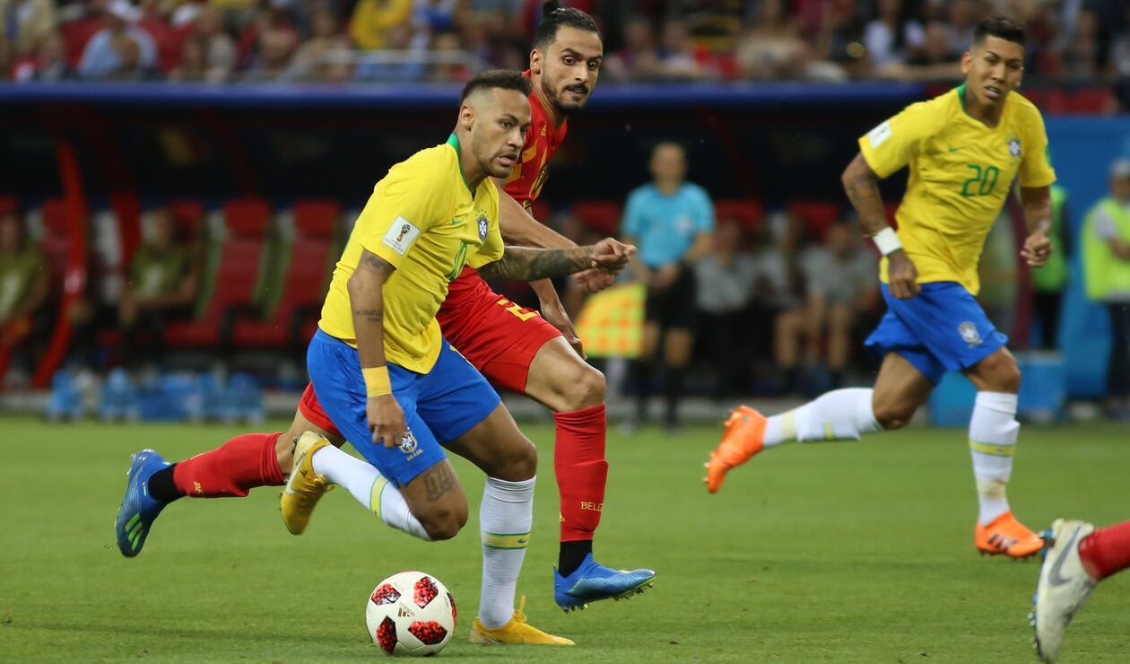 Neymar y Chadli disputando el partido de cuartos de final del Mundial de Rusia.