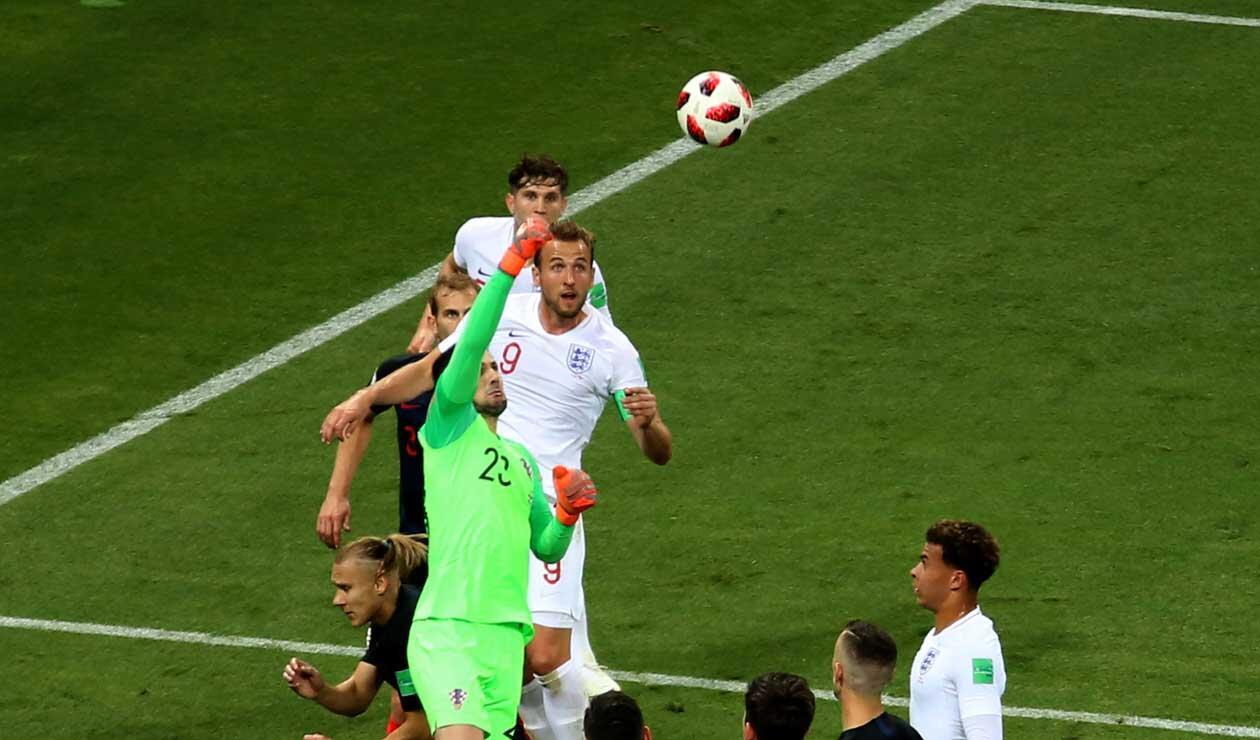Danijel Subasic rechaza un balón ante la presión de Inglaterra