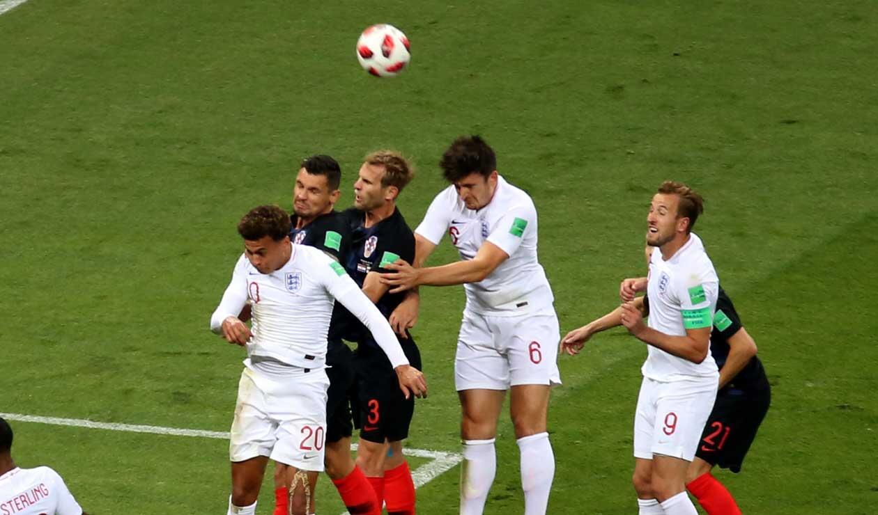 Los jugadores de Inglaterra en un tiro de esquina ante Croacia