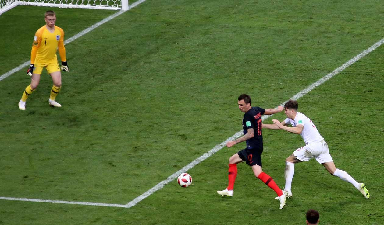Mario Madnzukic frente al arco de Jordan Pickford para anotar el gol de la victoria 2-1