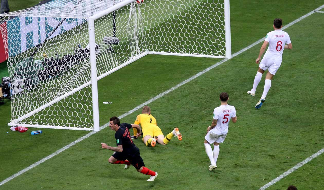 Mario Madnzukic frente al arco de Jordan Pickford celebra el gol de la victoria 2-1