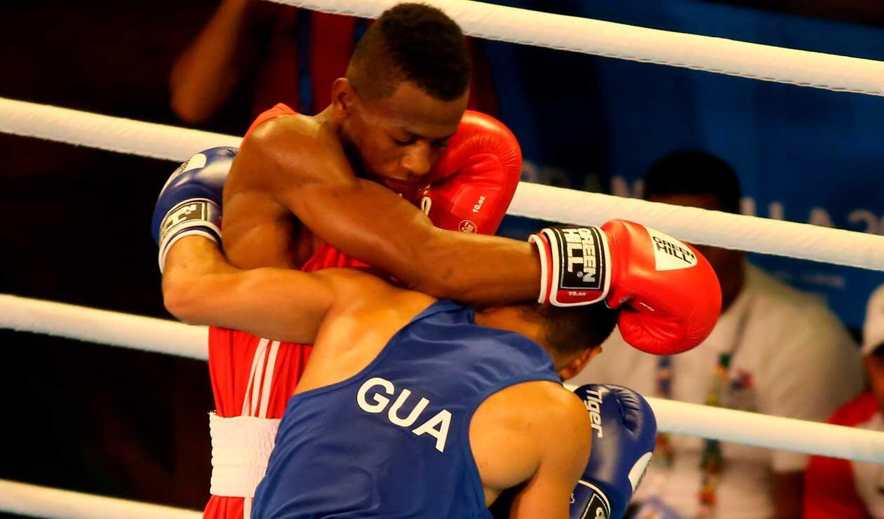 Dos pugilistas durante un combate en el inicio del boxeo en los Juegos Centroamericanos y del Caribe Barranquilla 2018