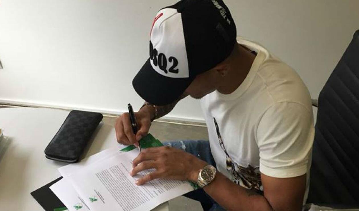 Macnelly Torres firmando su contrato con el Deportivo Cali