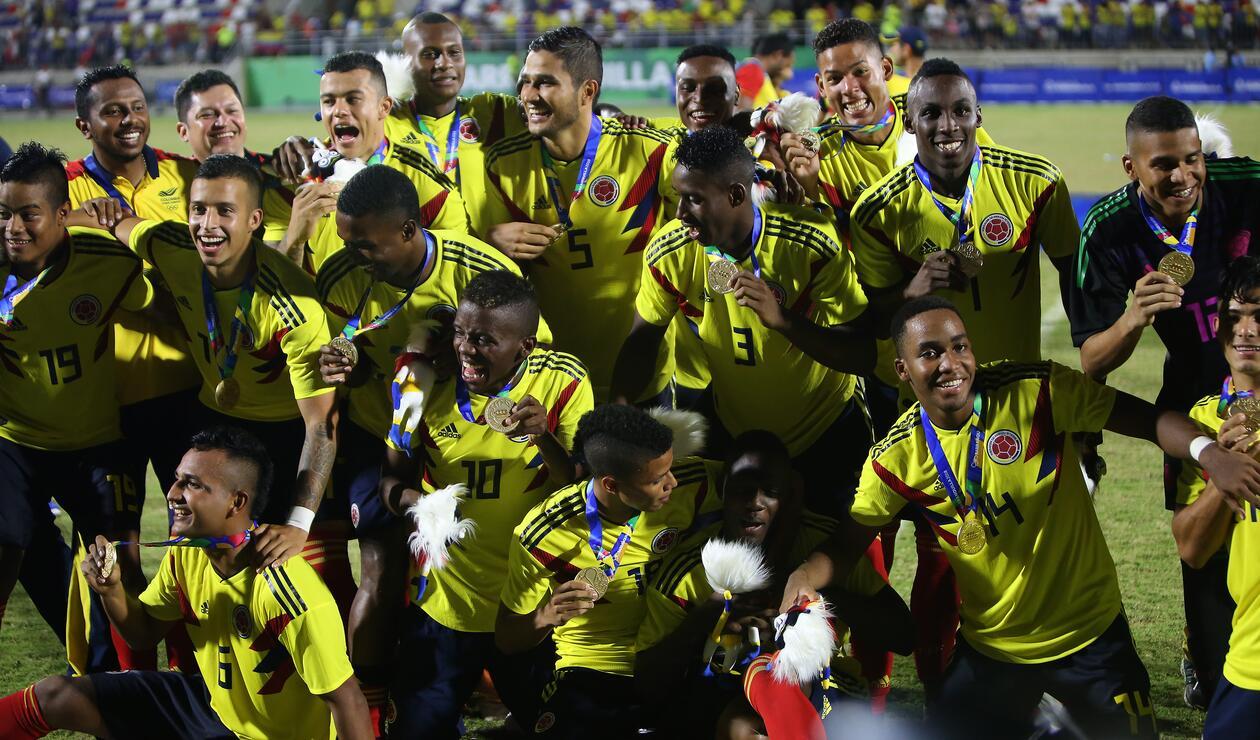 Jugadores de Colombia celebrando el oro en fútbol
