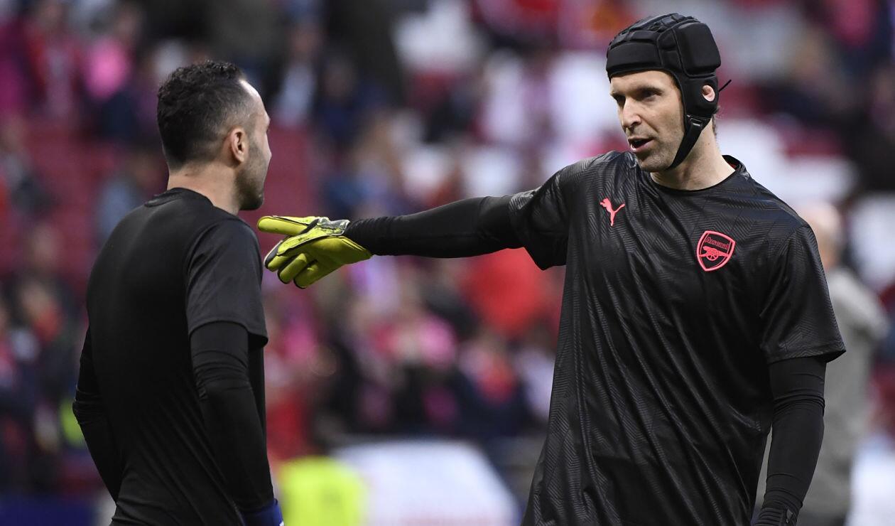 David Ospina y Petr Cech sostienen una conversación previo al choque Arsenal-Atlético de Madrid en semifinal de la Europa League