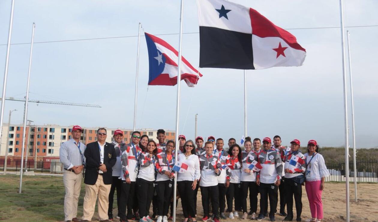 Delegación de Cuba izando la bandera