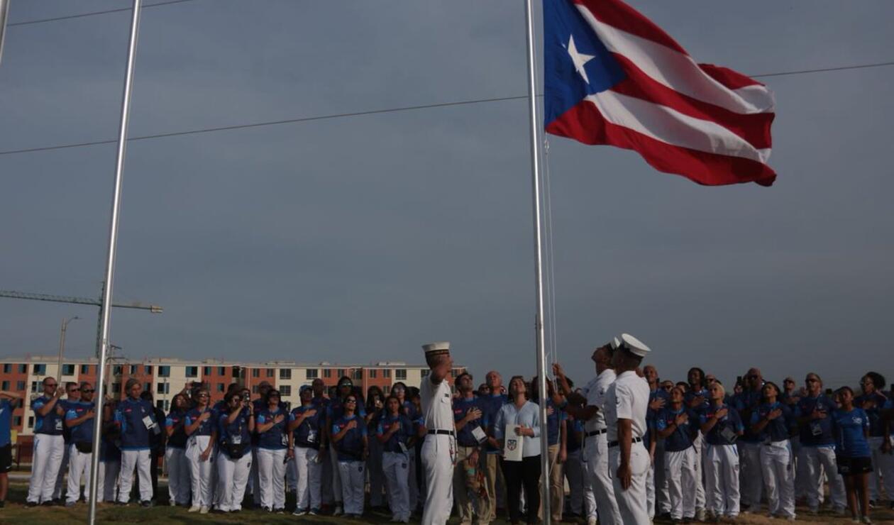 Bandera de Puerto Rico izada en la villa deportiva