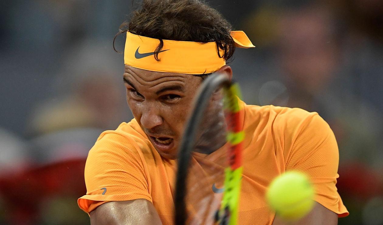 Rafael Nadal responde a una pelota de Diego Schwartzmanen el ATP Madrid Open 2018