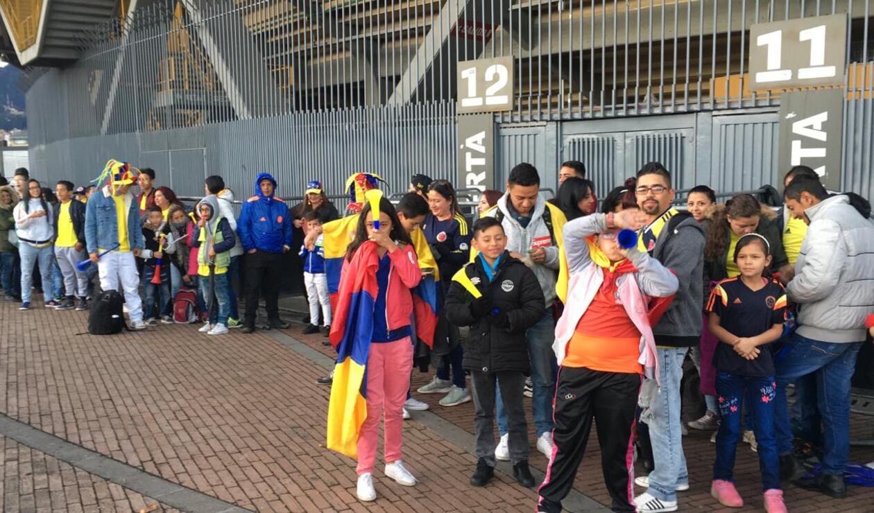 Hinchas a las afueras del estadio El Campín