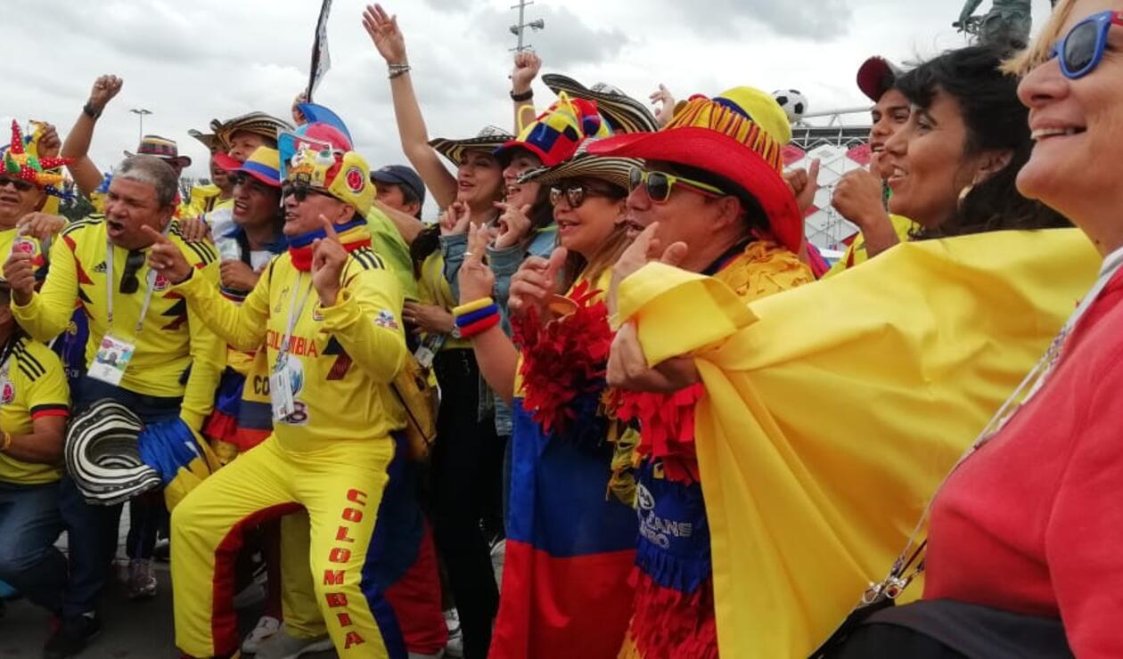Hinchas colombianos animan a la Selección en el Spartak Stadium