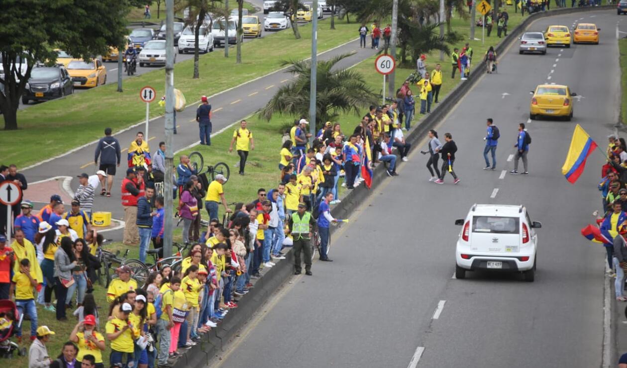 Aficionados colombianos en la calle 26 esperando a la Selección Colombia