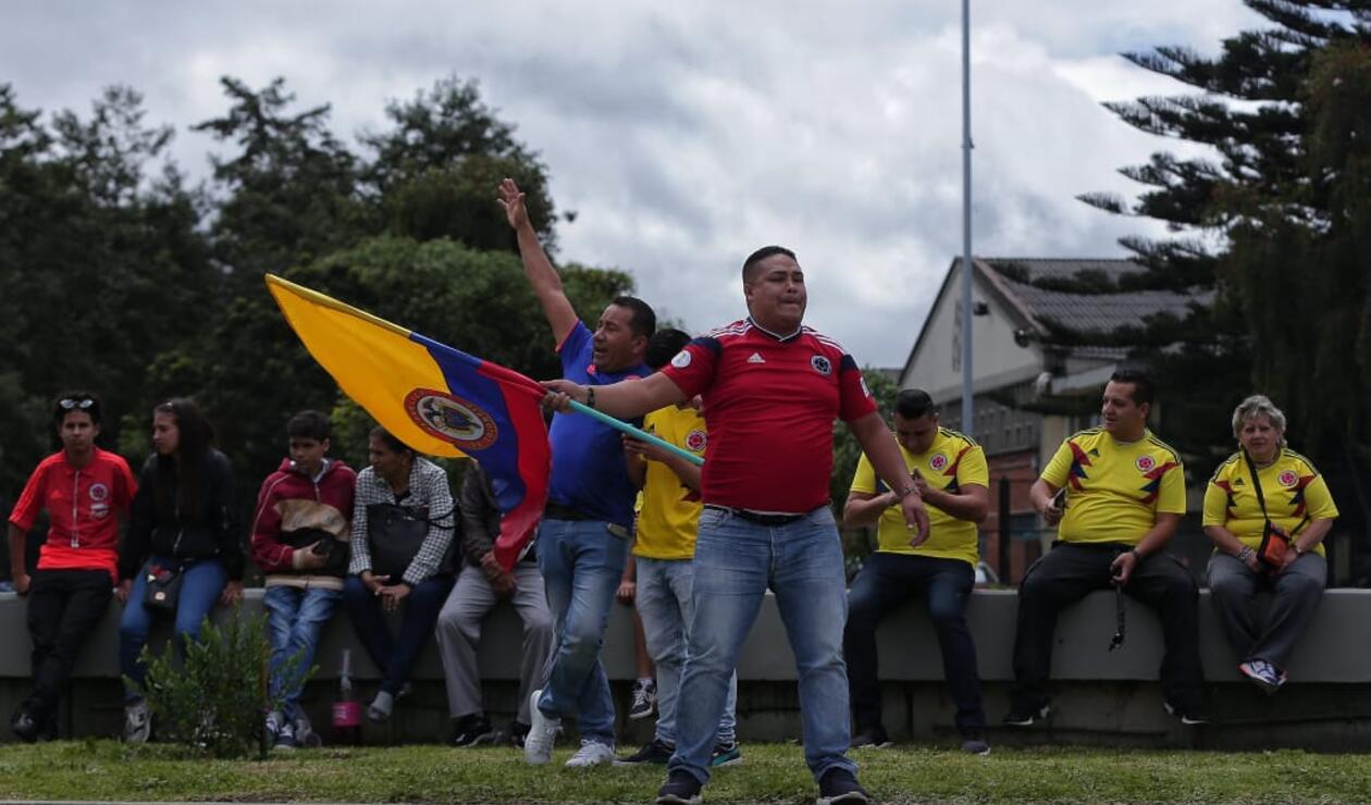 Hinchas de la Selección Colombia esperando la caravana